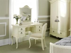 Kosmetinis staliukas (kėdė ir veidrodis įeina į kainą)
