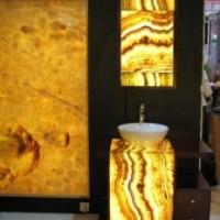 Vonios interjeras dekoruotas oniksu