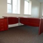Kampinis stalas su stalčių bloku